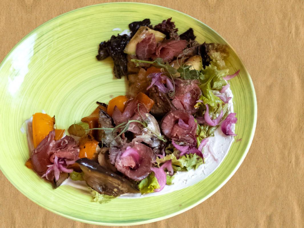 Салат фирменный с ростбифом и  овощами-гриль