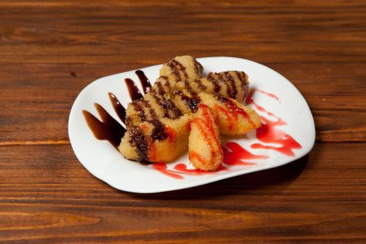 Бананы в темпуре с шоколадным топпингом
