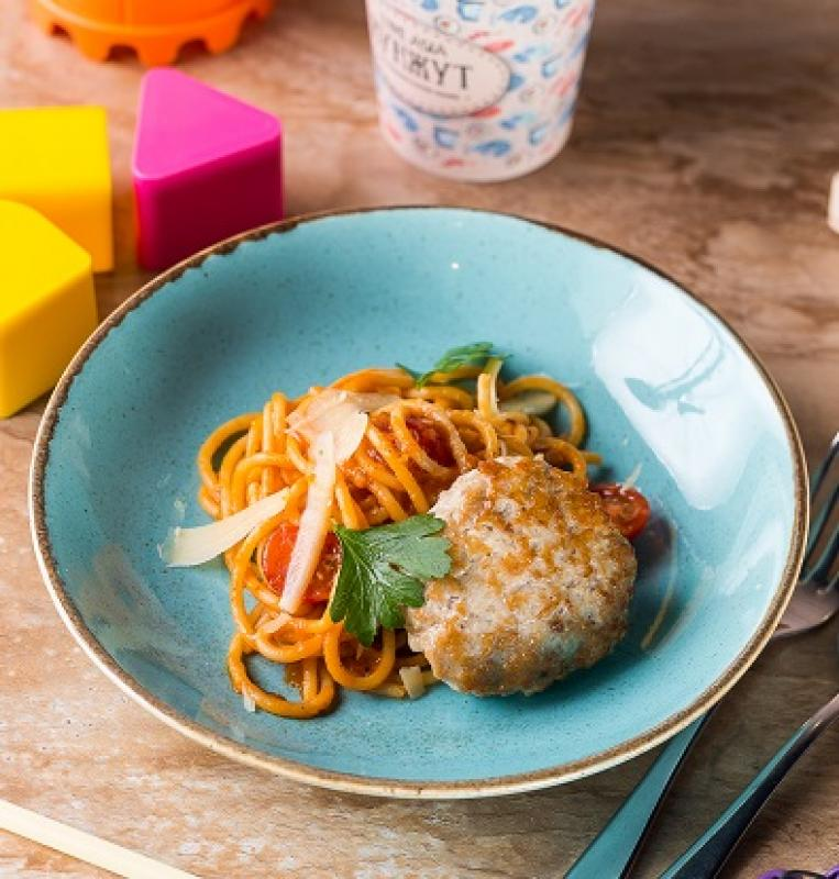 Спагетти в томатном соусе с куриной котлетой