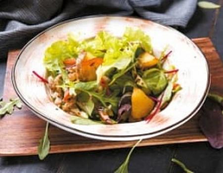 Салат с курицей гриль и теплыми овощами