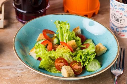 Салатик из огурцов, помидоров, сладкого перца с оливковым маслом и сухариками