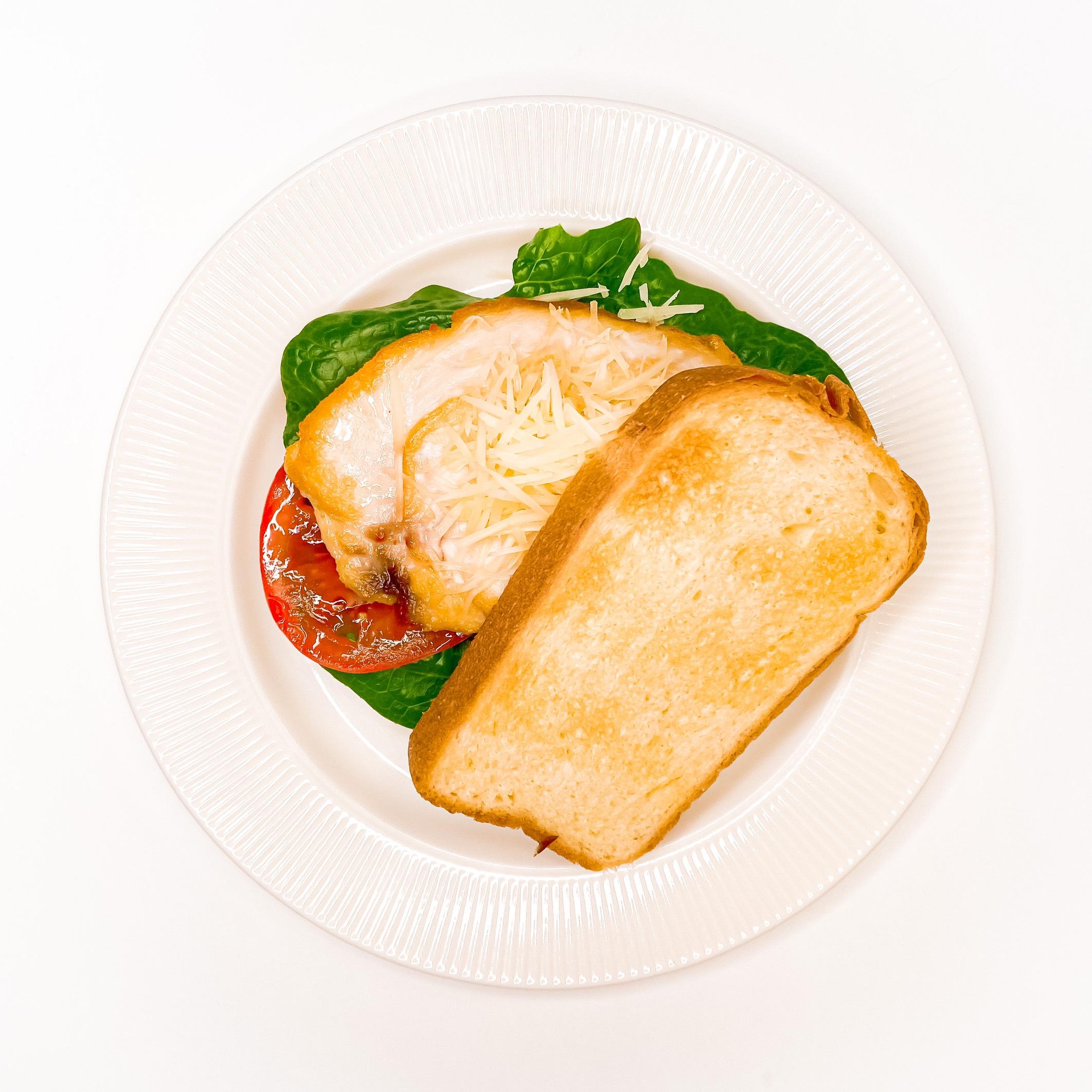 Сэндвич с курицей и анчоусным соусом