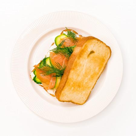 Сэндвич с лососем и соусом тартар