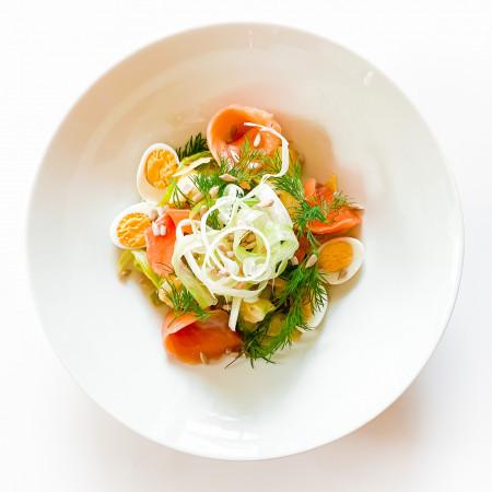Салат с лососем и яйцом перепелки