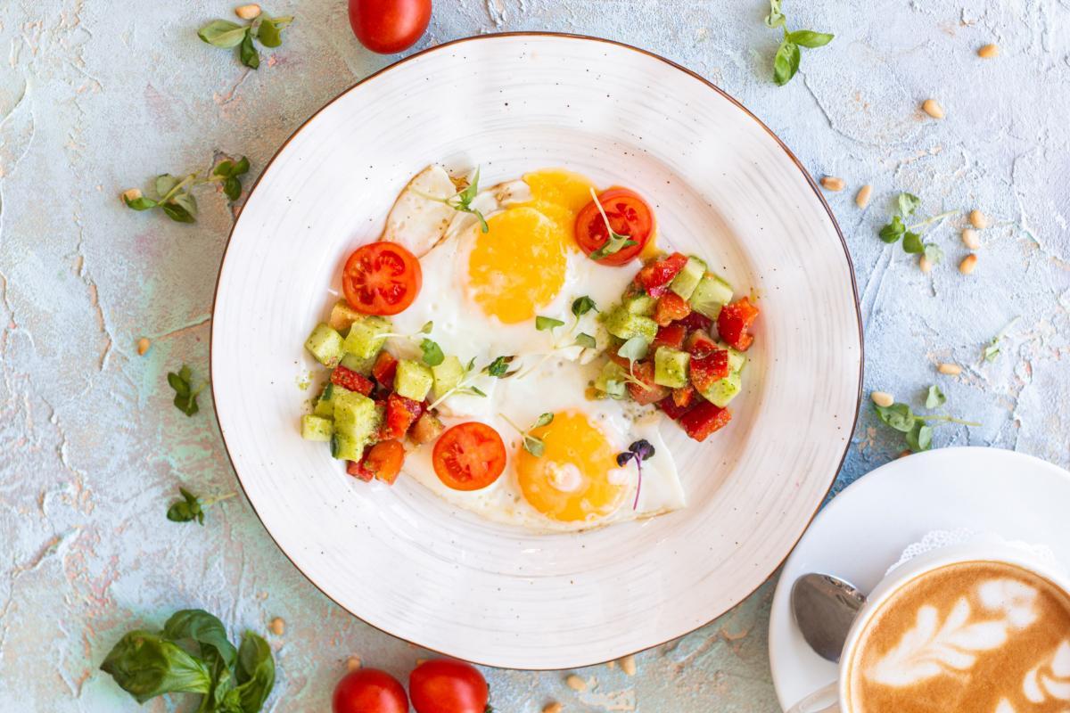 Яичница с тар-таром из овощей