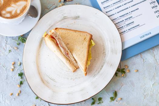Сэндвич с ветчиной и беконом