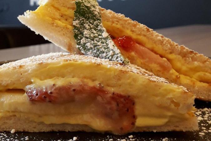 Манговый тост с клубникой