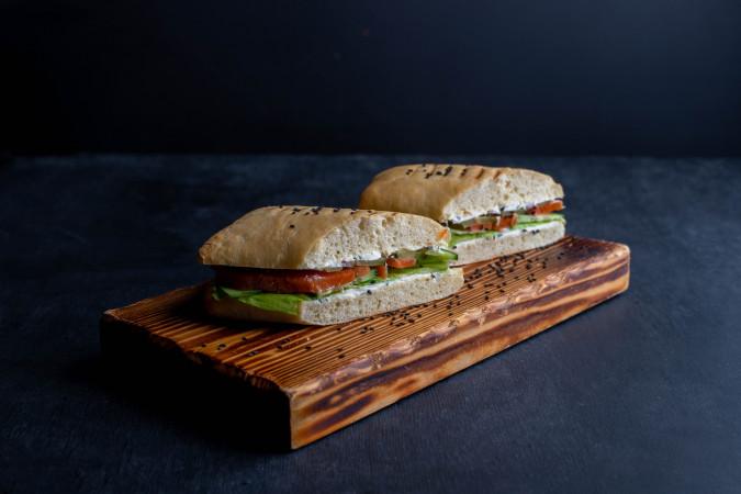 Сэндвич с лососем на чиабатте