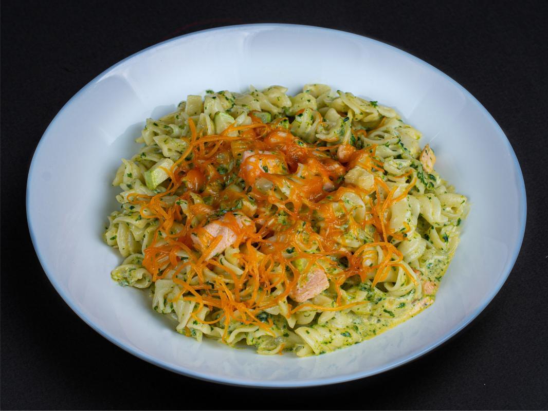 Паста с лососем в сливочном соусе со шпинатом и сыром чедер