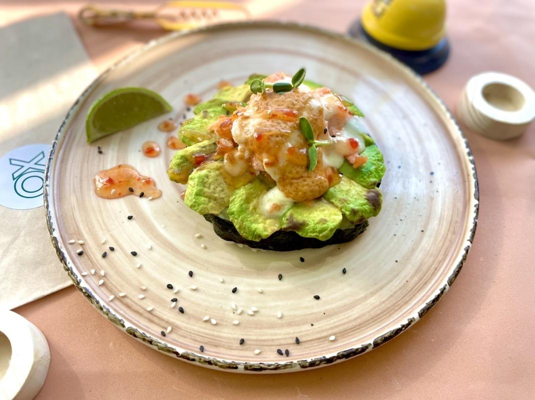 Запечённое соте с копчёным лососем и спелым авокадо