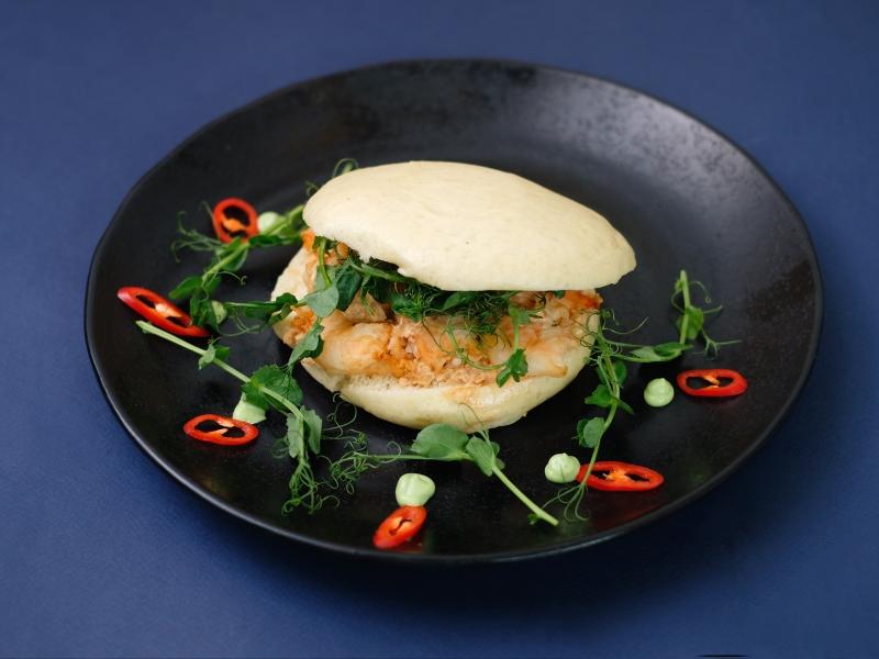 Бао бургер с креветками и вьетнамским гуакамоле.