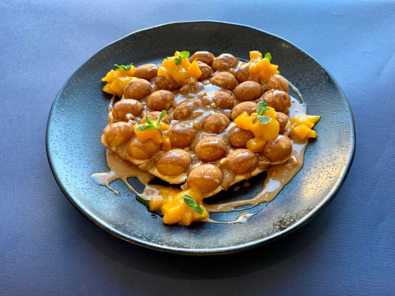 Гонконгская Вафля с соусом сникерс и манго