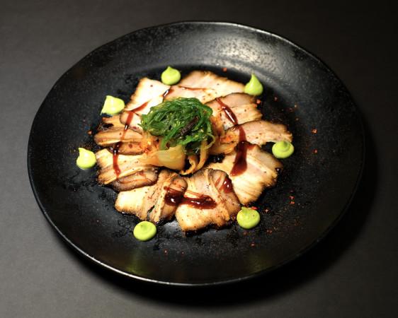 Гонконгское карпачо из свиной грудинки.