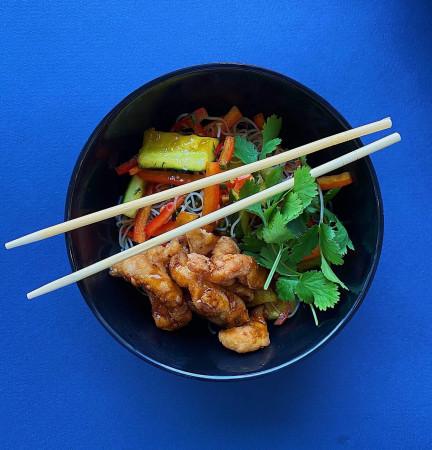Тёплый салат с хрустящим цыпленком, перцем и битыми огурцами