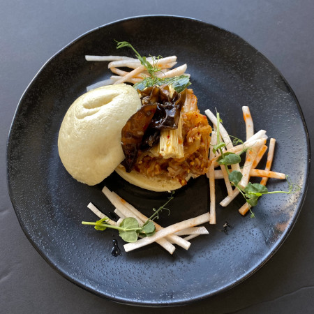 Бао бургер с битыми овощами и соусом свит чили