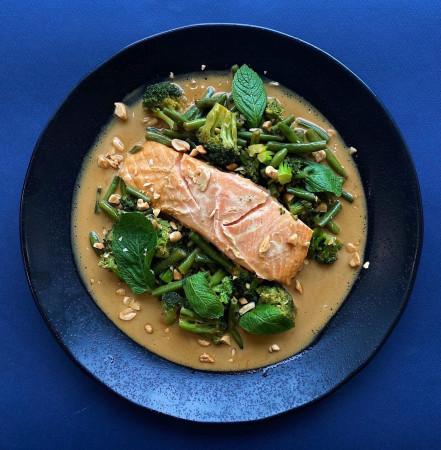 Медовый лосось с брокколи, фасолью и ароматом лета
