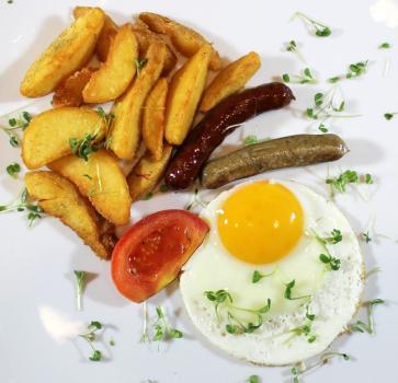 глазунья с баварскими колбасками