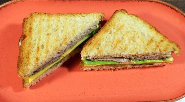 сендвич с бужениной на завтрак