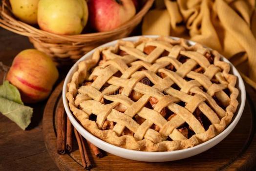Сладкий пирог с яблоком и корицей