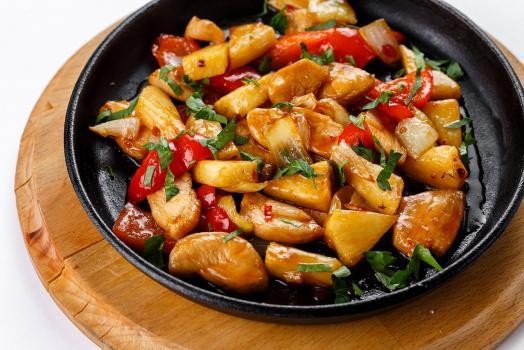 Картофель по-тайски со свининой