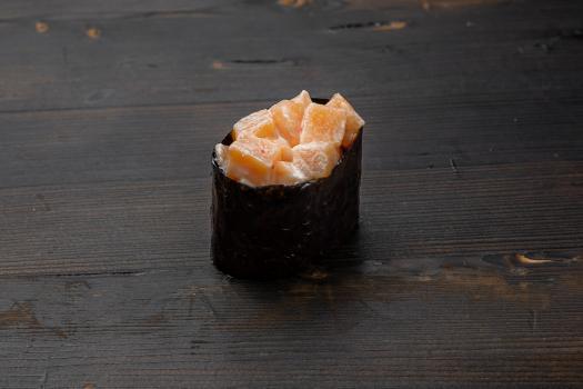 гункан с лососем