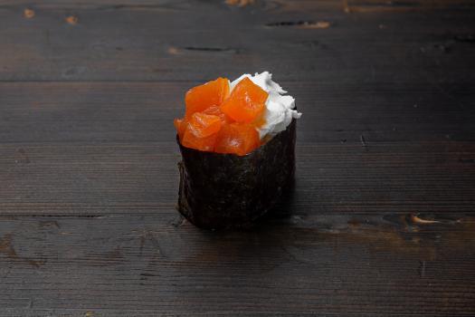 гункан сливочный с копчёным лососем