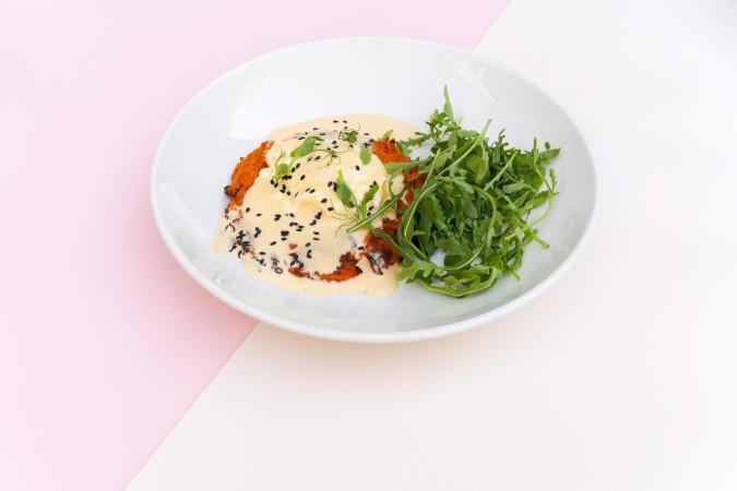 Драник из батата с яйцом пашот и голландским соусом