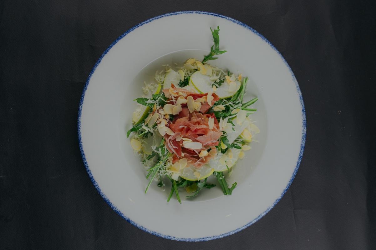 Салат с пармой и грушей