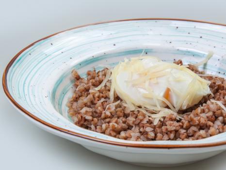 гречневая каша с яйцом пашот и пармезаном