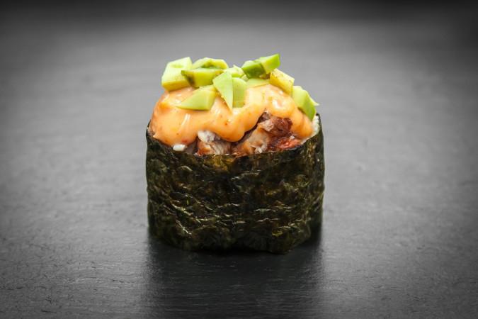 острое суши с угрем и авокадо
