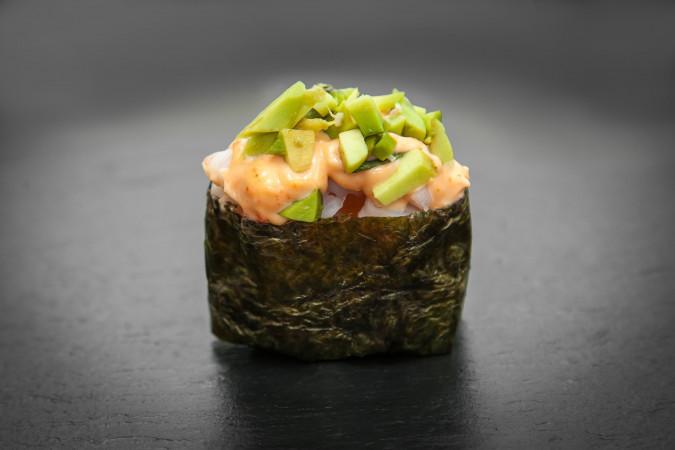 острое суши с креветкой и авокадо