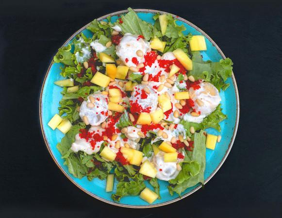 теплый салат с гребешком и манго