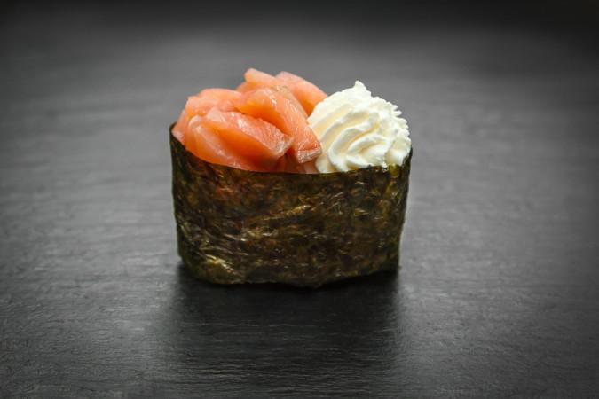 суши сливочный копченый лосось