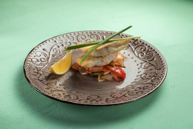 Жареное филе судака с овощным сотэ