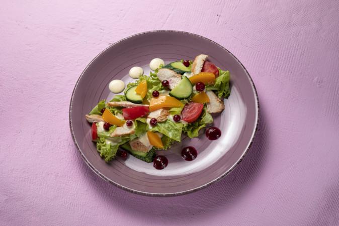 Салат с куриной грудкой и манго