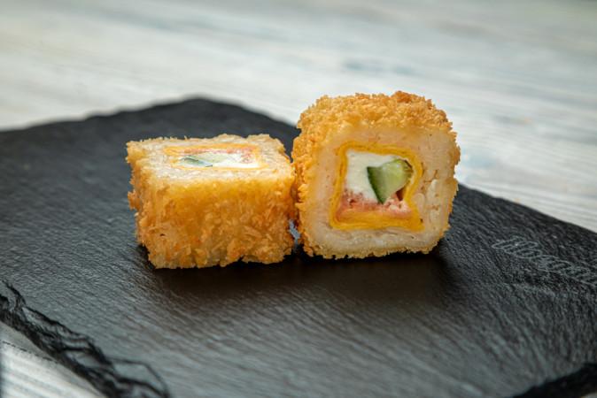 Горячий ролл с лососем в тортильи