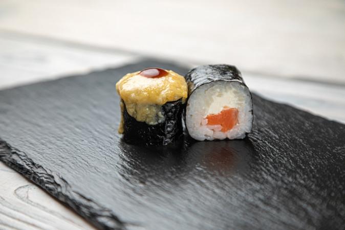 Ролл запеченный с лососем терияки