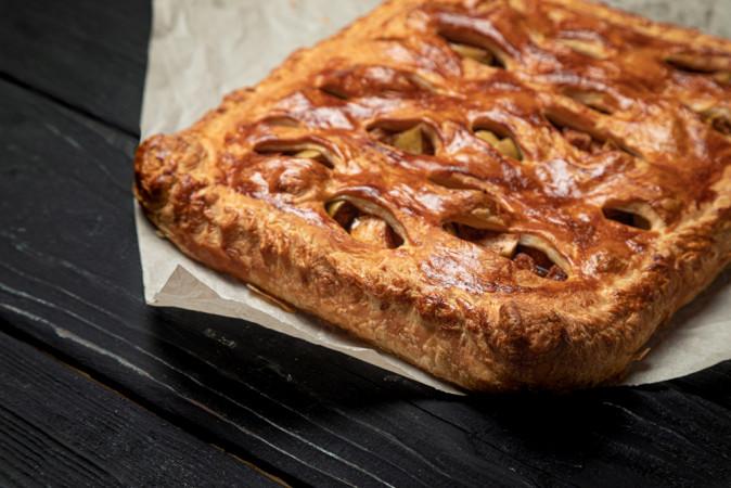 Открытый пирог с яблоком и корицей