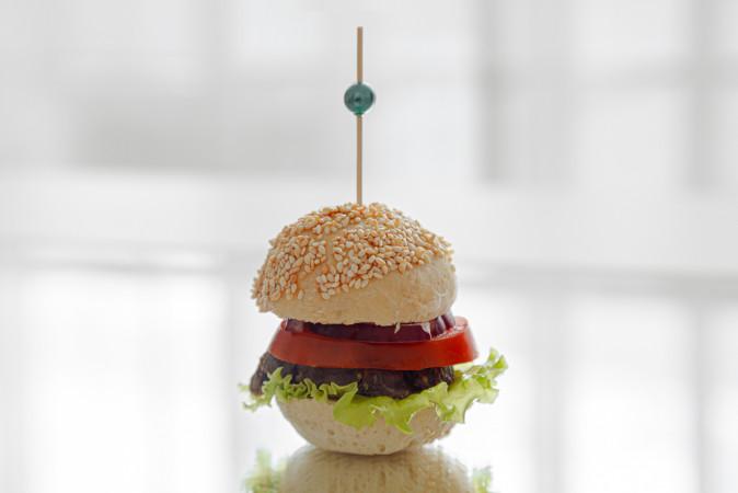 Мини бургер с говядиной и овощами