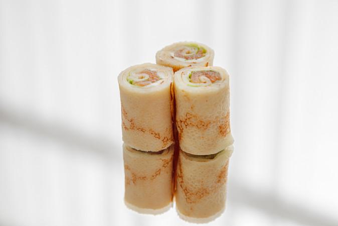Блинный ролл с семгой и сливочным сыром