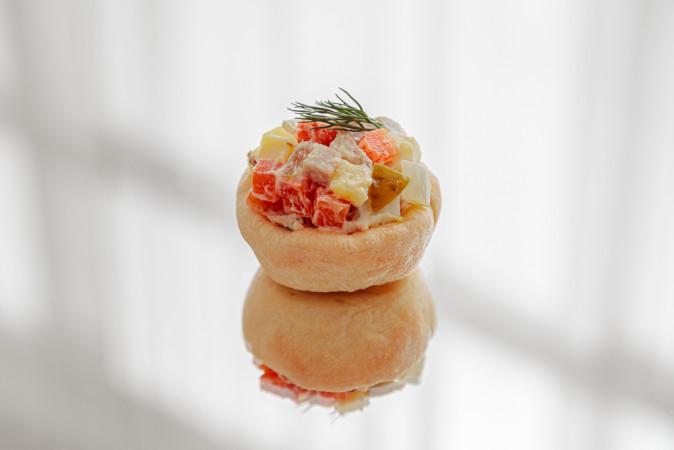Тарталетка с салатом оливье с бужениной