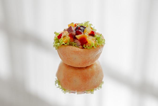 Тарталеткас с макрелью и фруктами