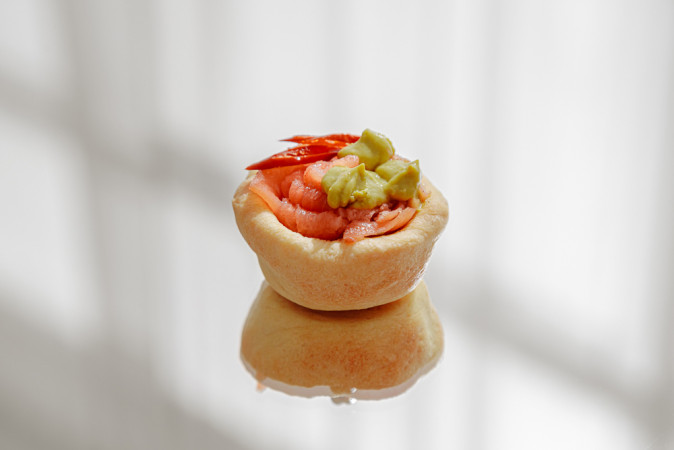 Тарталетка с гуакамоле, лососем
