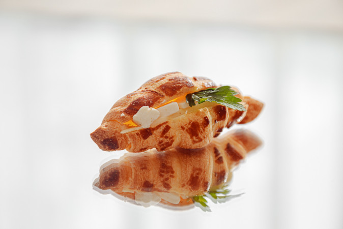 Круасан с сыром и зеленью