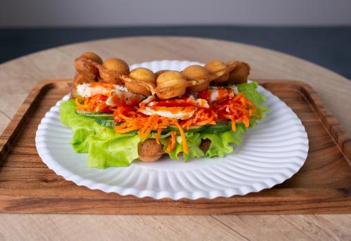 вафли с индейкой, корейской морковкой и соусом bbq