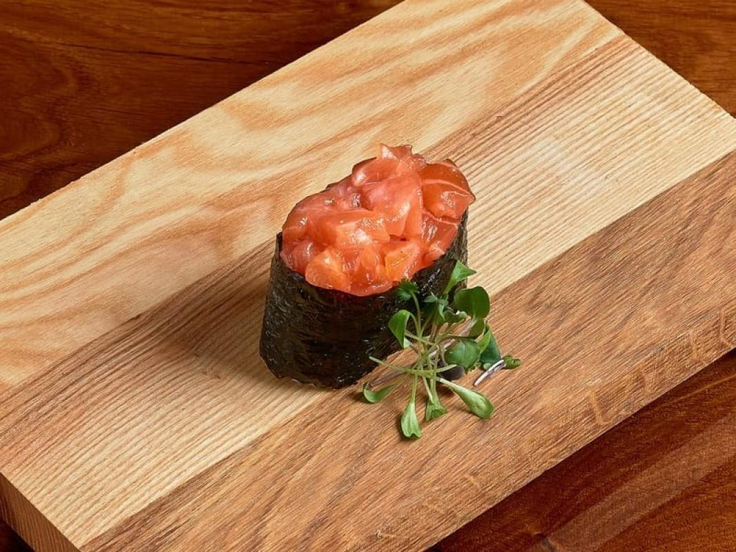 Спайси суши с лососем (острые)