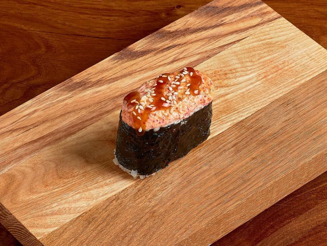 Запеченные суши с окунем под спайси соусом (острые)
