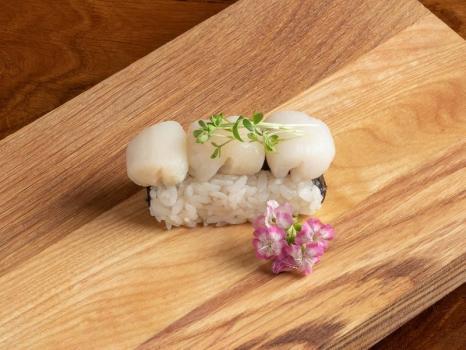 Нигири с морским гребешком