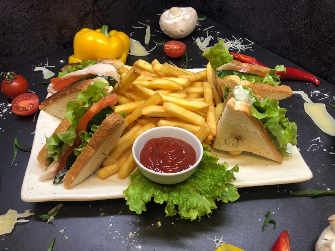 Закуска №279 Сэндвич Цезарь с курицей, картофелем фри и соусом на выбор