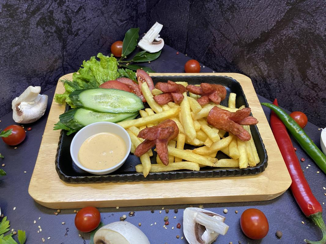 Завтрак №311 Картофель фри с жареными сосисками и соусом на выбор